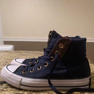 Converse shoes size: 4 mens , 6 women.